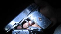 """Bị phát hiện mang súng, """"biện minh"""" đang đi nộp công an"""