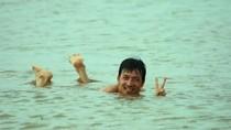 Cù Trọng Xoay bị Chí Trung tung ảnh nhô lên từ dưới nước