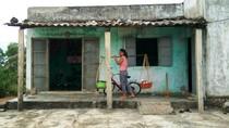 Không có tiền đến lớp, cô học trò nghèo nghỉ học đi…ở đợ