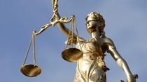 Quan lớn và vị thần công lý bịt mắt