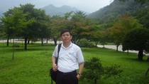 Phó giáo sư Bùi Mạnh Hùng trao đổi ý kiến với thầy Nguyễn Trọng Bình