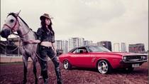 Xế cổ Dodge Challenger sóng đôi với người đẹp hiện đại Việt