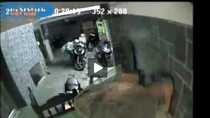 """Video: """"Siêu trộm"""" liều lĩnh bẻ khóa xe SH sau 3 giây"""