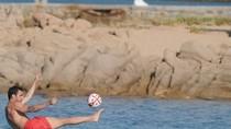 Fabregas ngẫu hứng tung volley đẹp mắt trong... bể bơi