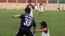 Khi HLV Phan Thanh Hùng, Văn Sỹ... xỏ giày làm cầu thủ