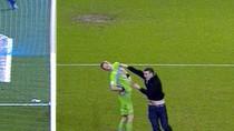 Cựu thủ môn tuyển Anh bị fan vung 2 tay tát cú trời giáng