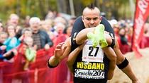 Ảnh độc đáo: Cuộc thi có một không hai - vác vợ chạy nước rút