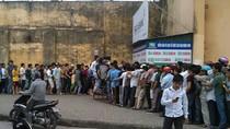 VIDEO: Hàng ngàn người rồng rắn xếp hàng mua vé xem Văn Quyến