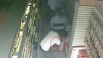 Clip: Hai cặp nam nữ dàn cảnh ăn trộm ở cửa hàng làm đẹp