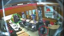 Thản nhiên trộm laptop trước mắt nhân viên công ty