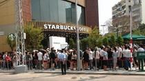 """Dân mạng nghi ngờ Starbucks """"dàn dựng"""" cảnh chen lấn ngày khai trương"""