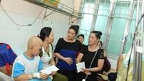 Lãnh sự Nam Phi tặng quà bệnh nhi Bệnh viện Ung bướu