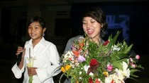 Thái Thùy Linh nhận hoa rừng, pháo tay thay tiền cát-sê