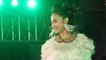 Khán giả... ngửa cổ ngắm Minh Hằng nhảy đẹp cười xinh
