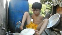 Cư dân mạng rơi lệ vì cậu bé ngồi rửa bát đĩa bằng chân