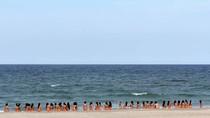 40 người đẹp hoa hậu VN mặc bikini dàn hàng ngang sát mép biển