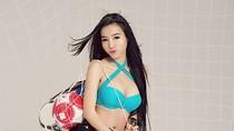 Mặc bikini, Elly Trần phô diễn đường cong với trái bóng