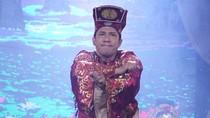 Quang Thắng buộc tà áo nhảy 'hoang mang style'