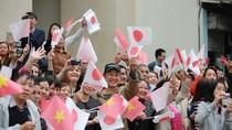 Người dân nhiệt liệt chào đón Nhật hoàng và Hoàng hậu đến thăm Văn Miếu