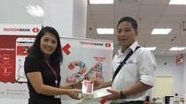 Khách hàng đầu tiên trúng giải trong chương trình gửi tiết kiệm của Techcombank