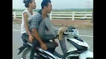 Video: Rùng mình với quái xế lái xe bằng một chân, chở bạn gái