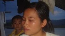 Xót xa phận nữ sinh nghèo trên dòng sông Lam