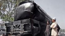 Xe bồn chở dầu bốc cháy dữ dội trên đường