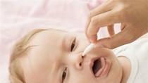 Mẹ điều trị sai cách, bé dễ ngộ độc thuốc nhỏ mũi
