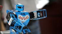 Clip: Sinh viên hò reo vì diễn viên Robot nhào lộn như người thật