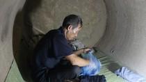 Video: Bố sống trong cống, chấp nhận bị khinh rẻ nuôi 4 con học ĐH