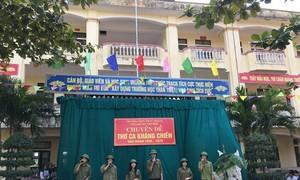 Một trường có 21 lớp, 19 cán bộ và 17 giáo viên