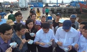 Chủ tịch Đà Nẵng ăn cá nục ngay tại cảng cá