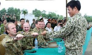 VIDEO: Đặc công Việt Nam trình diễn khí công trước đặc nhiệm Australia