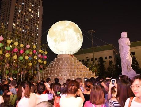 """Hàng ngàn người hào hứng chiêm ngưỡng """"Vạn thỏ ngắm siêu trăng"""" tại Royal City"""