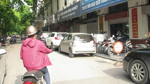 Nhếch nhác, nhốn nháo phố phường trung tâm Hà Nội - ảnh 13
