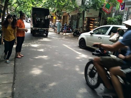 Nhếch nhác, nhốn nháo phố phường trung tâm Hà Nội - ảnh 1