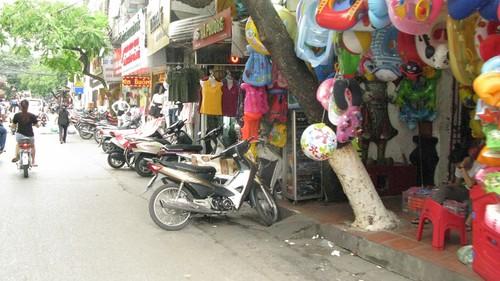 Nhếch nhác, nhốn nháo phố phường trung tâm Hà Nội - ảnh 14