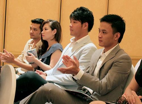 Vợ chồng đạo diễn Khải Anh ngồi chăm chú theo dõi buổi họp báo