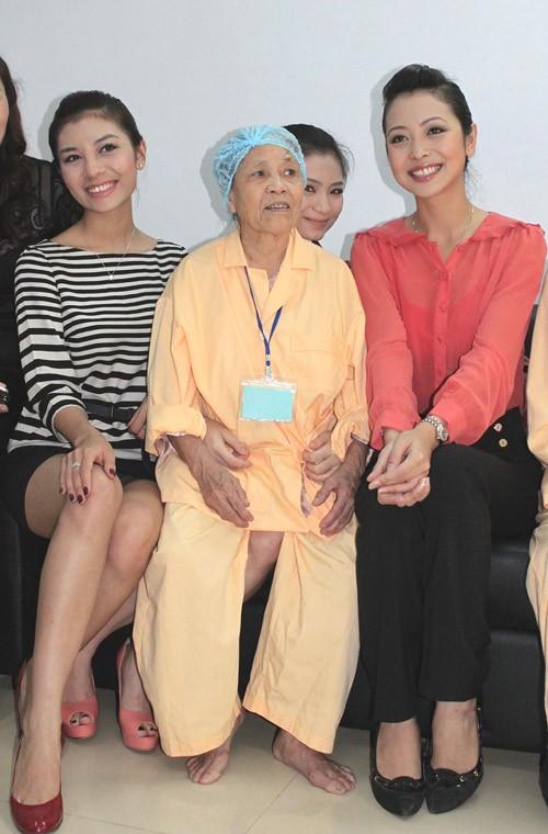 Đồng hành cùng người đẹp trong buổi từ thiện còn có Á hậu Trang sức 2009 Hương Giang và diễn viên Diệu Hương.
