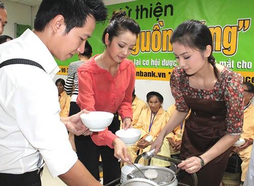 Cô còn cùng ca sĩ Lê Anh Dũng, diễn viên Diệu Hương múc cháo và tận tay đưa cho từng cụ già.