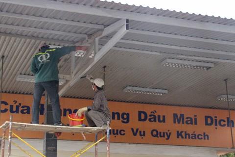 Nhân viên cửa hàng cấp tập sửa sang để chuẩn bị khai trương. Ảnh: Bách Hợp.