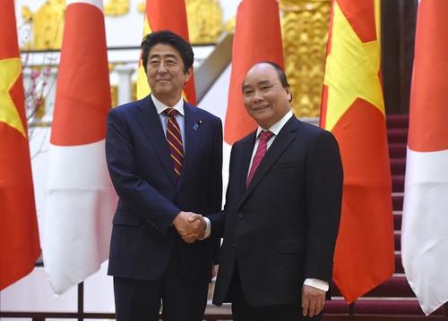 Thủ tướng Nguyễn Xuân Phúc và Thủ tướng Nhật Bản Shinzo Abe - Ảnh: VGP/Quang Hiếu.