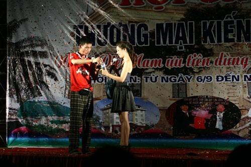 Lưu Kỳ Hương và Hiệp gà trong một show diễn
