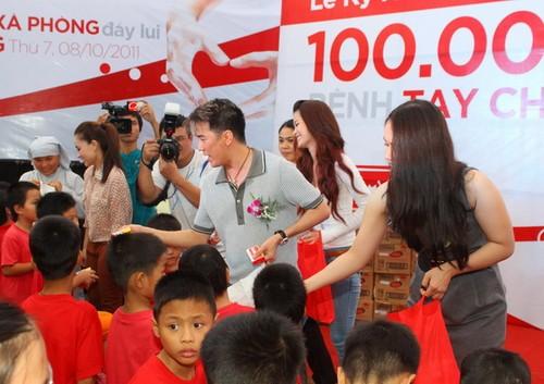 Các nghệ sĩ cùng ban tổ chức trao 100.000 bánh xà phòng cho Hội thanh niên Việt Nam cùng các đại diện tỉnh, thành cả nước.