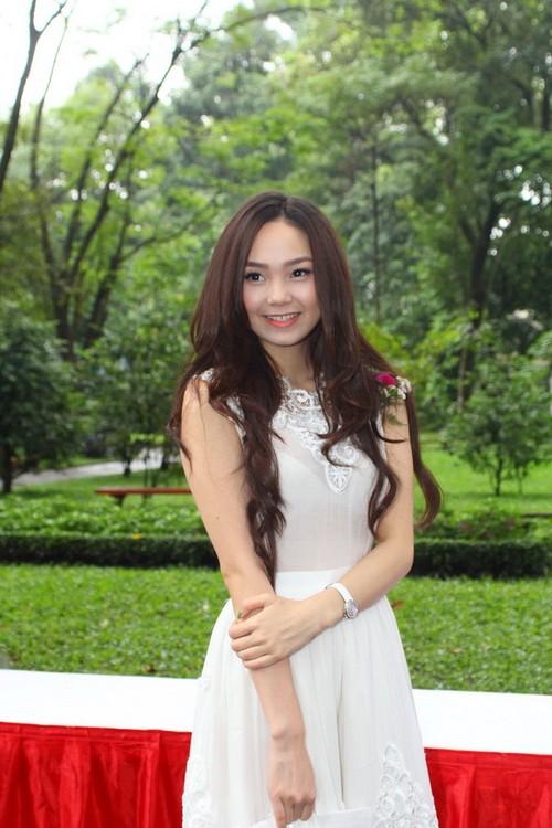 Dù trời mưa lất phất, nhưng Minh Hằng vẫn rất xinh tươi trong bộ đầm trắng. Trông nữ diễn viên 'Ngôi nhà hạnh phúc' như một cô công chúa đáng yêu.