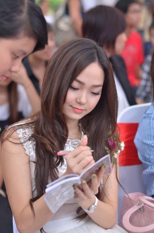 Rất nhiều khán giả trẻ hâm mộ, xin chữ ký của Minh Hằng để làm kỷ niệm.