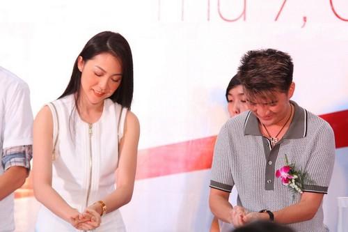 Đàm Vĩnh Hưng cùng Linh Nga thay mặt các nghệ sĩ thực hiện nghi thức rửa tay đúng cách để bảo vệ sức khỏe.