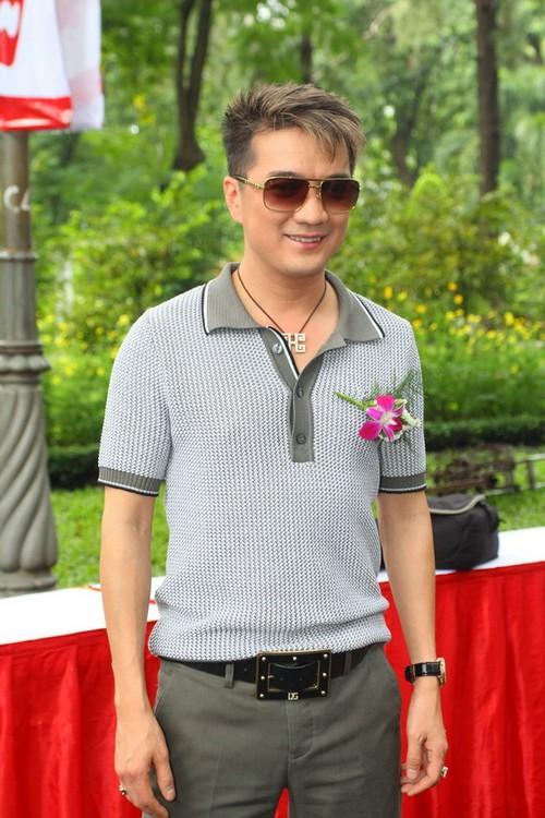 Đàm Vĩnh Hưng ăn mặc giản dị đến tham dự sự kiện cộng đồng.