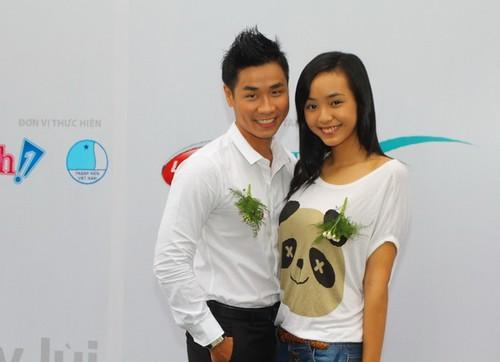 Người mẫu nhí Bảo Trân xinh tươi bên MC Nguyên Khang.