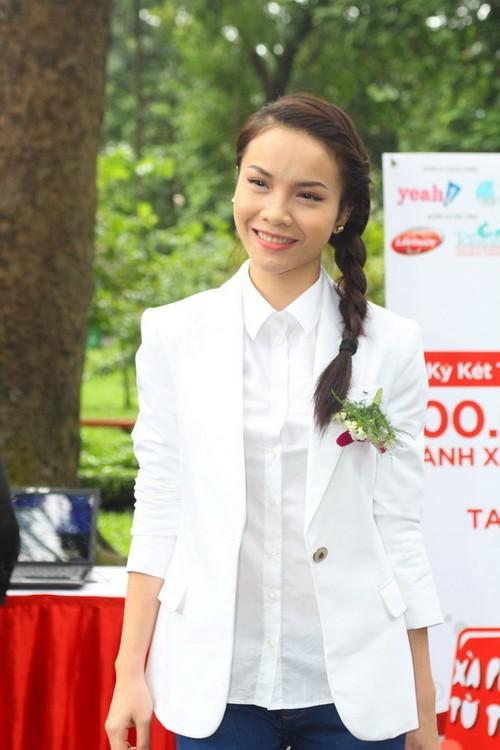 Yến Trang kín đáo trong chiếc vest trắng.